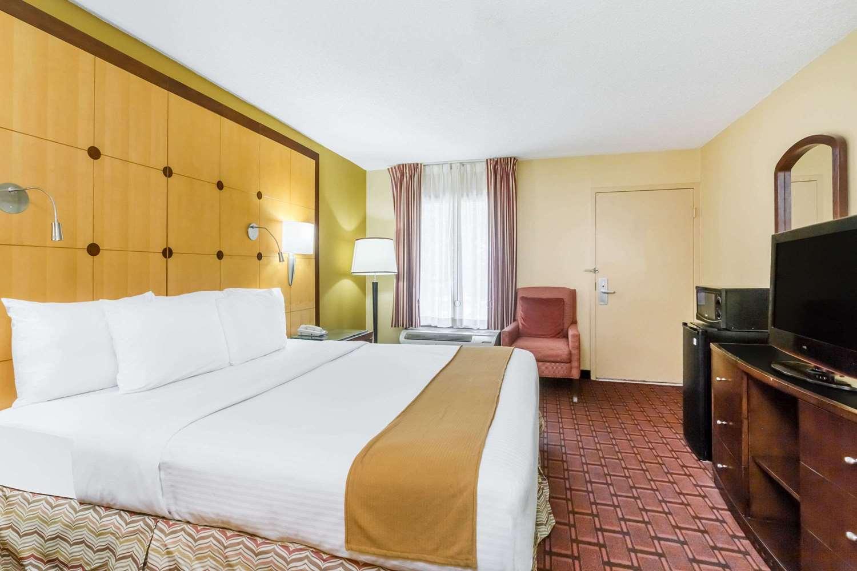 ... Room   Baymont Inn U0026 Suites Pensacola