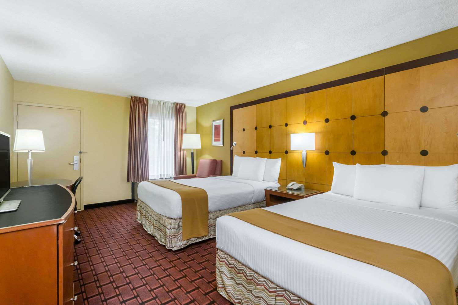 Room - Baymont Inn & Suites Pensacola