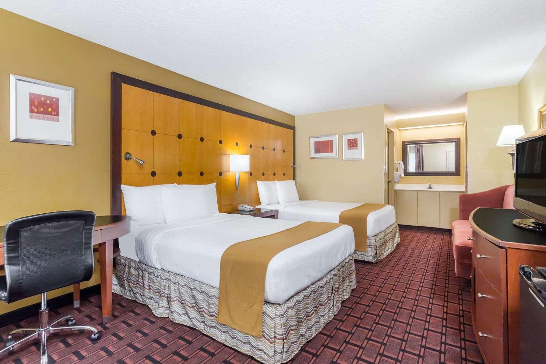 Room - Baymont Inn & Suites Pensacola