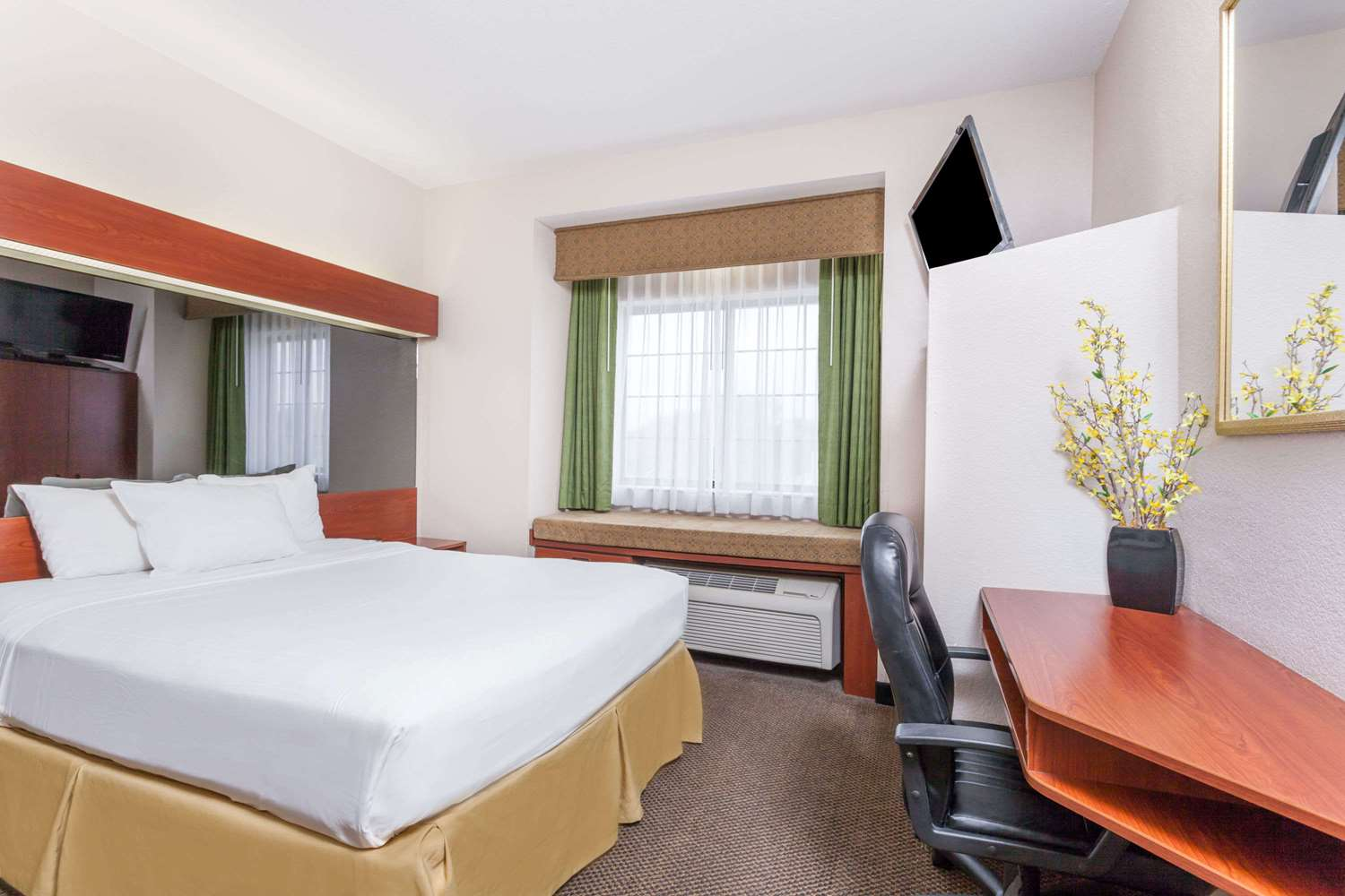 Room - Days Inn Speedway Kansas City