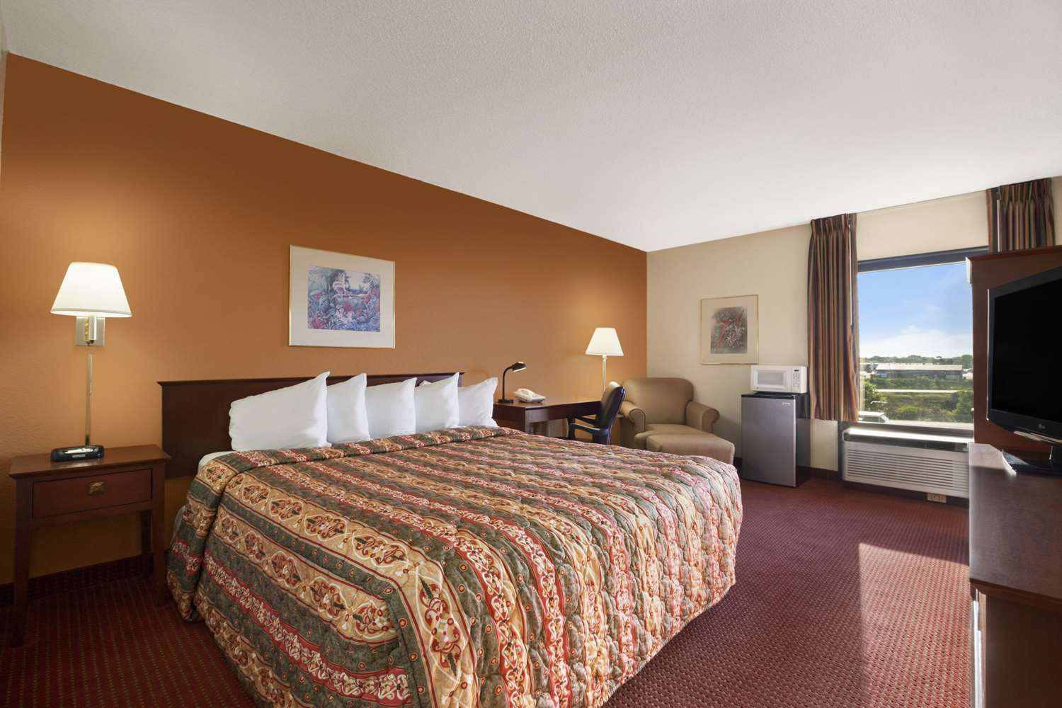 Room - Days Inn & Suites Cedar Rapids