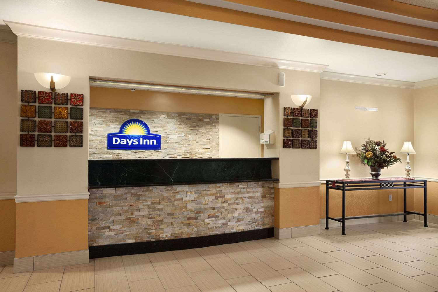 Lobby - Days Inn & Suites Cedar Rapids