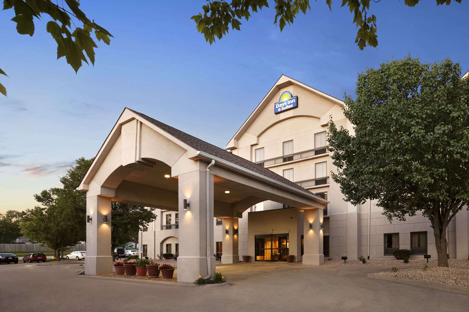 Exterior view - Days Inn & Suites Cedar Rapids
