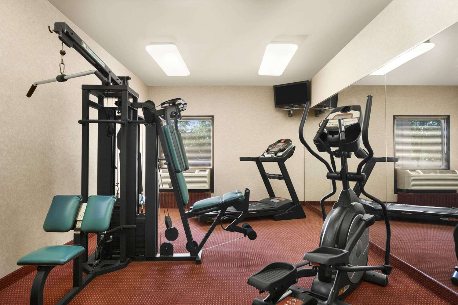 Fitness/ Exercise Room - Days Inn & Suites Cedar Rapids