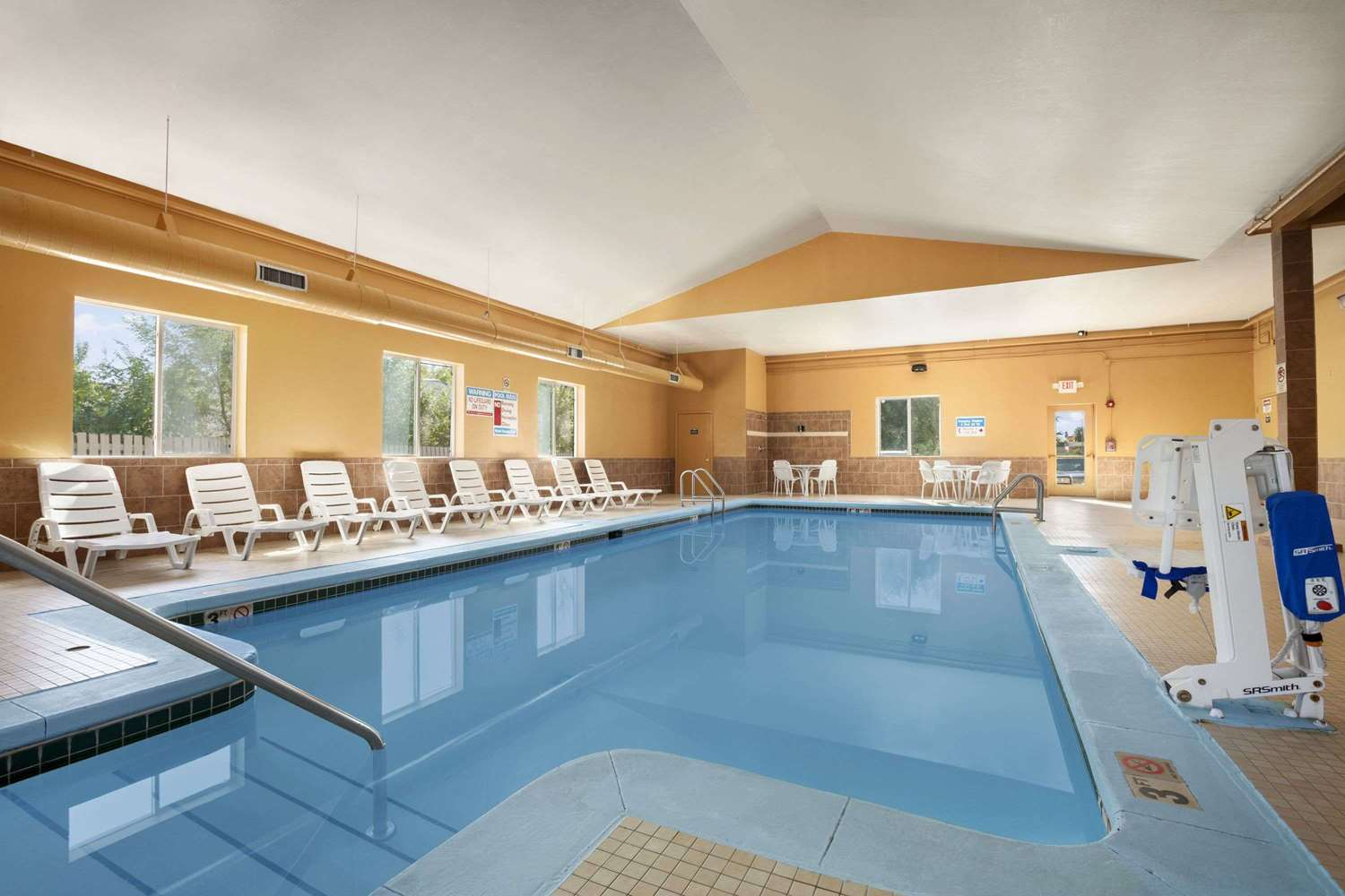 Pool - Days Inn & Suites Cedar Rapids