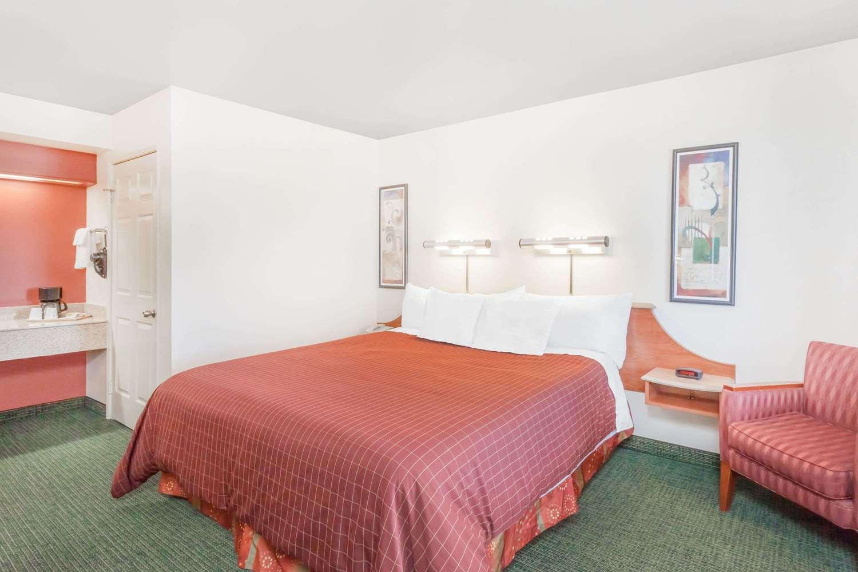 Room - Days Inn South Lenwood Barstow