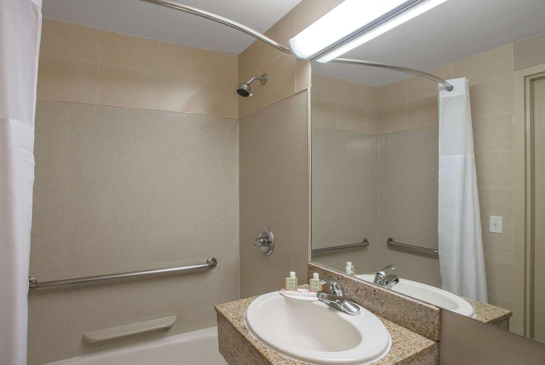 Room - Super 8 Hotel Brooklyn Heights