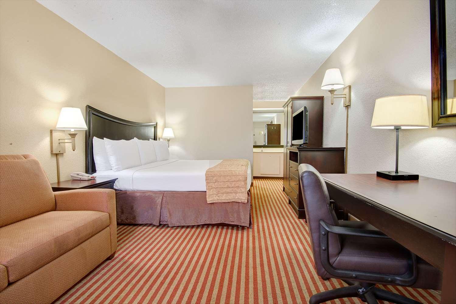 Room - Baymont Inn & Suites Briley Airport Nashville
