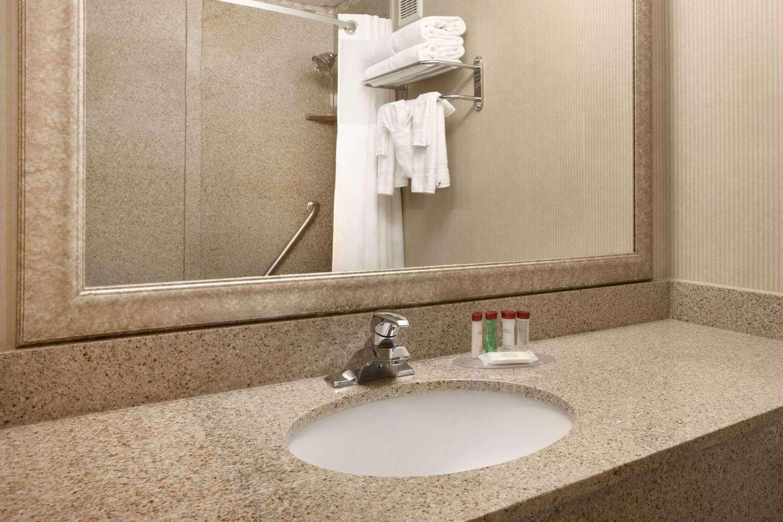 Room - Ramada Hotel Newark