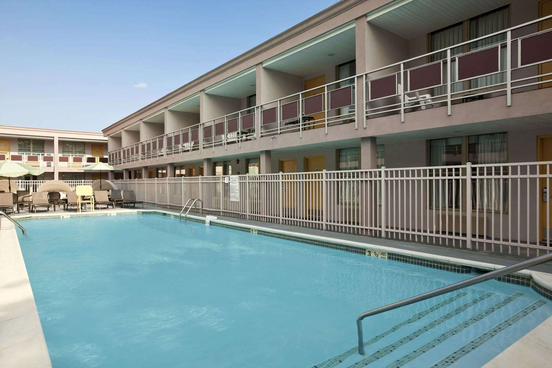 Pool - Ramada Inn & Suites Rockville Centre