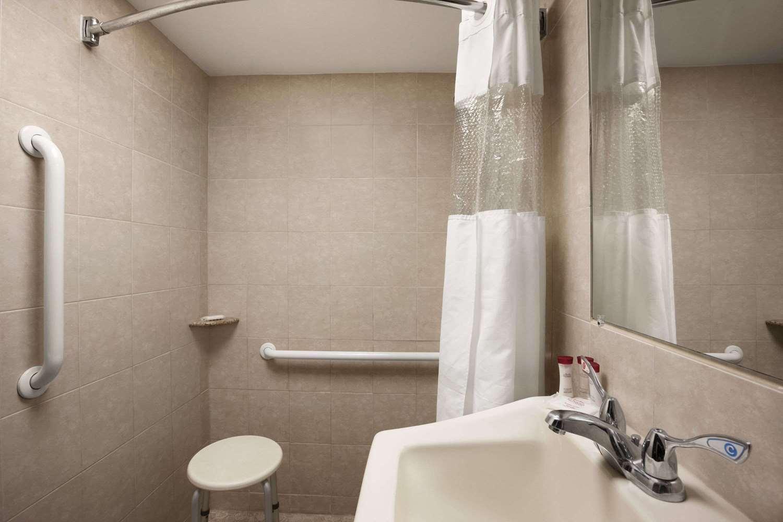Room - Ramada Inn & Suites Rockville Centre