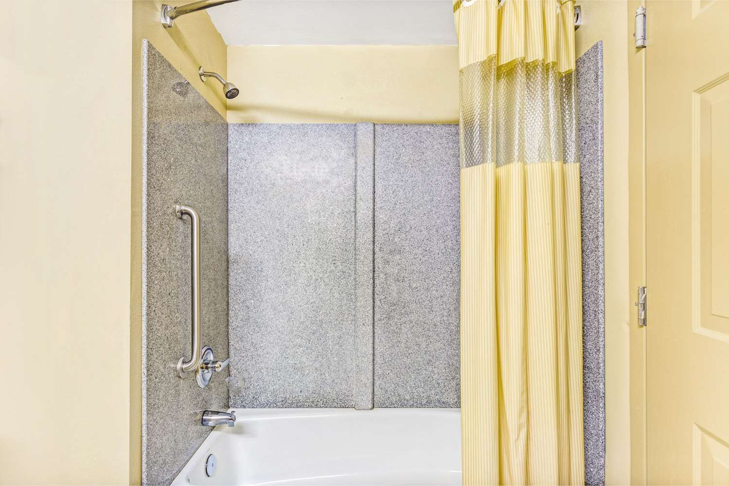 Room - Days Inn & Suites Jeffersonville