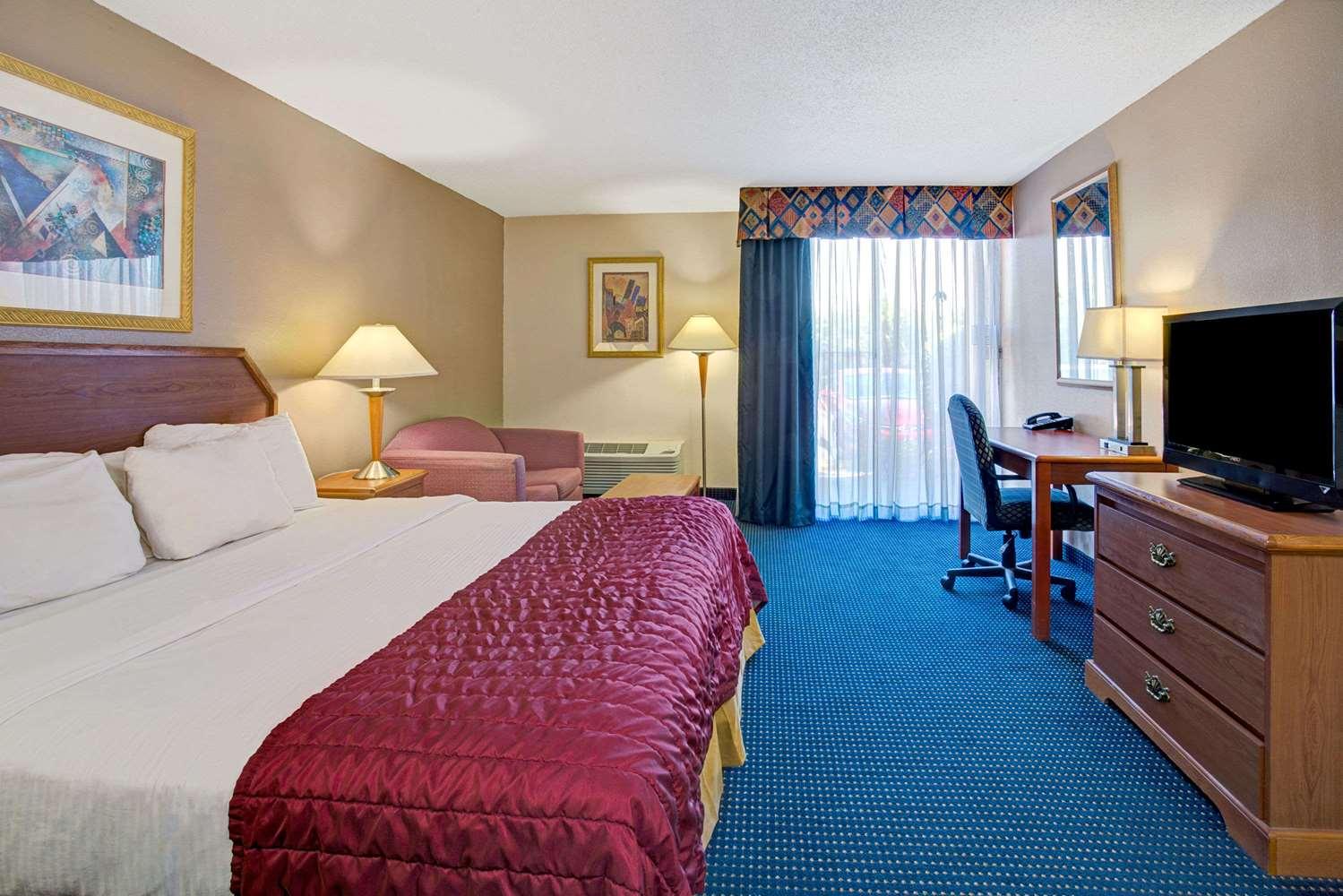 Room - Baymont Inn & Suites Florida Mall Orlando