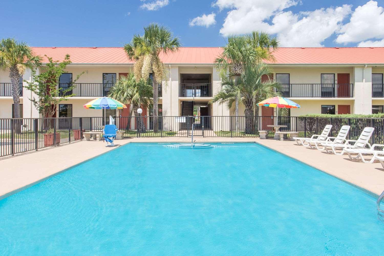 Pool - Days Inn & Suites Navarre