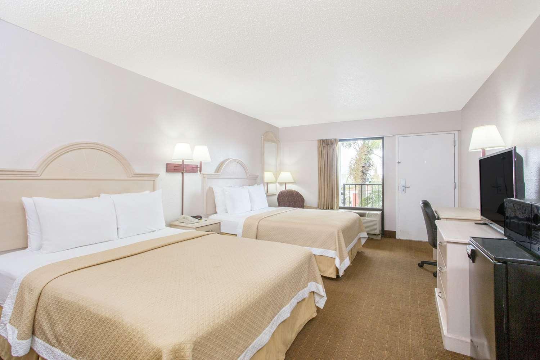 Room - Days Inn & Suites Navarre