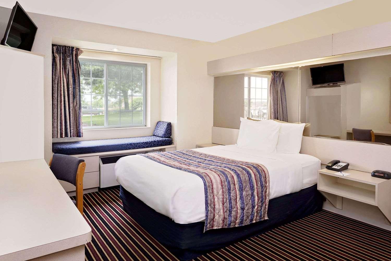 Room - Microtel Inn by Wyndham Madison