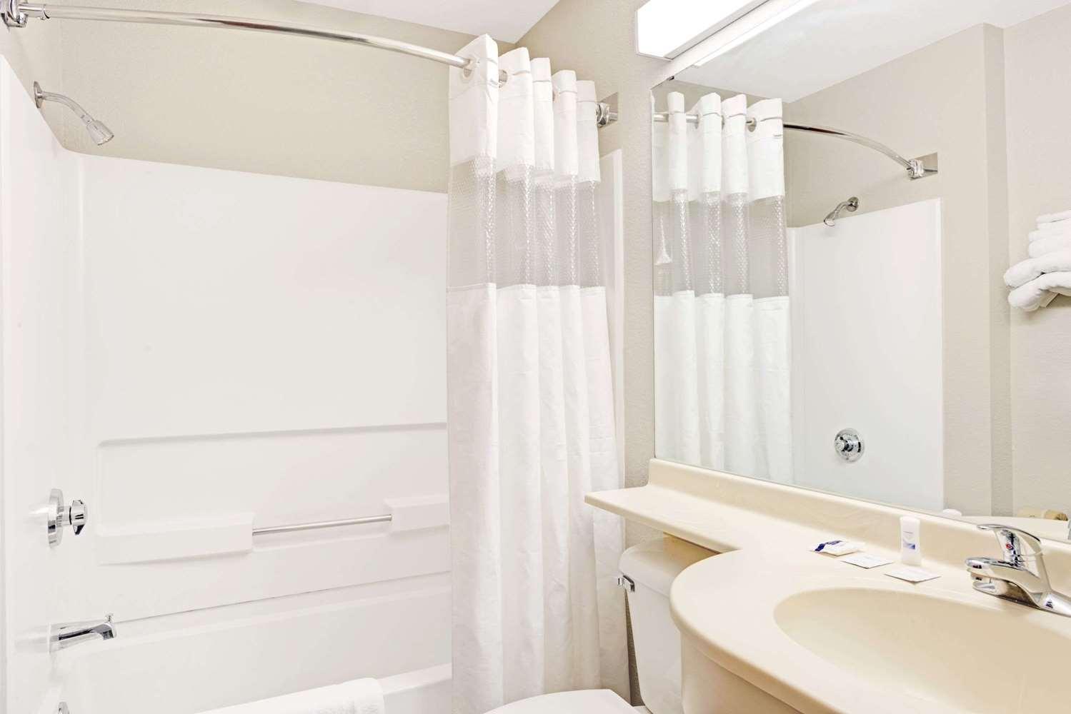 Room - Microtel Inn & Suites by Wyndham Urbandale