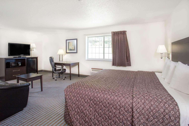 Room - Super 8 Hotel Cedar Falls