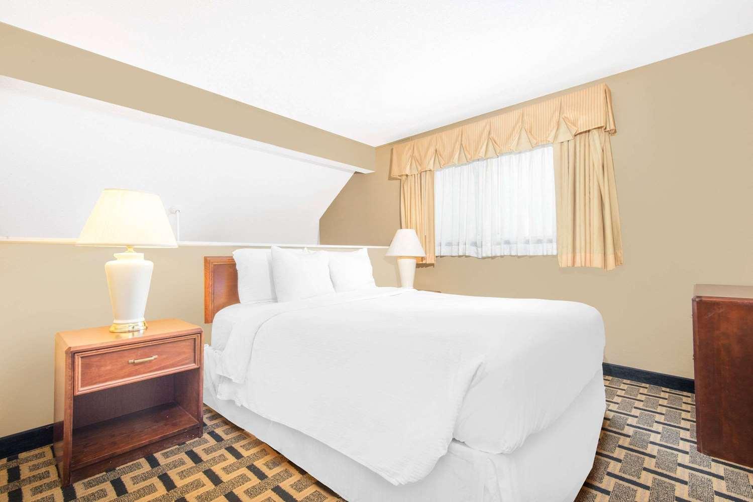 Room - Hawthorn Suites by Wyndham East Wichita