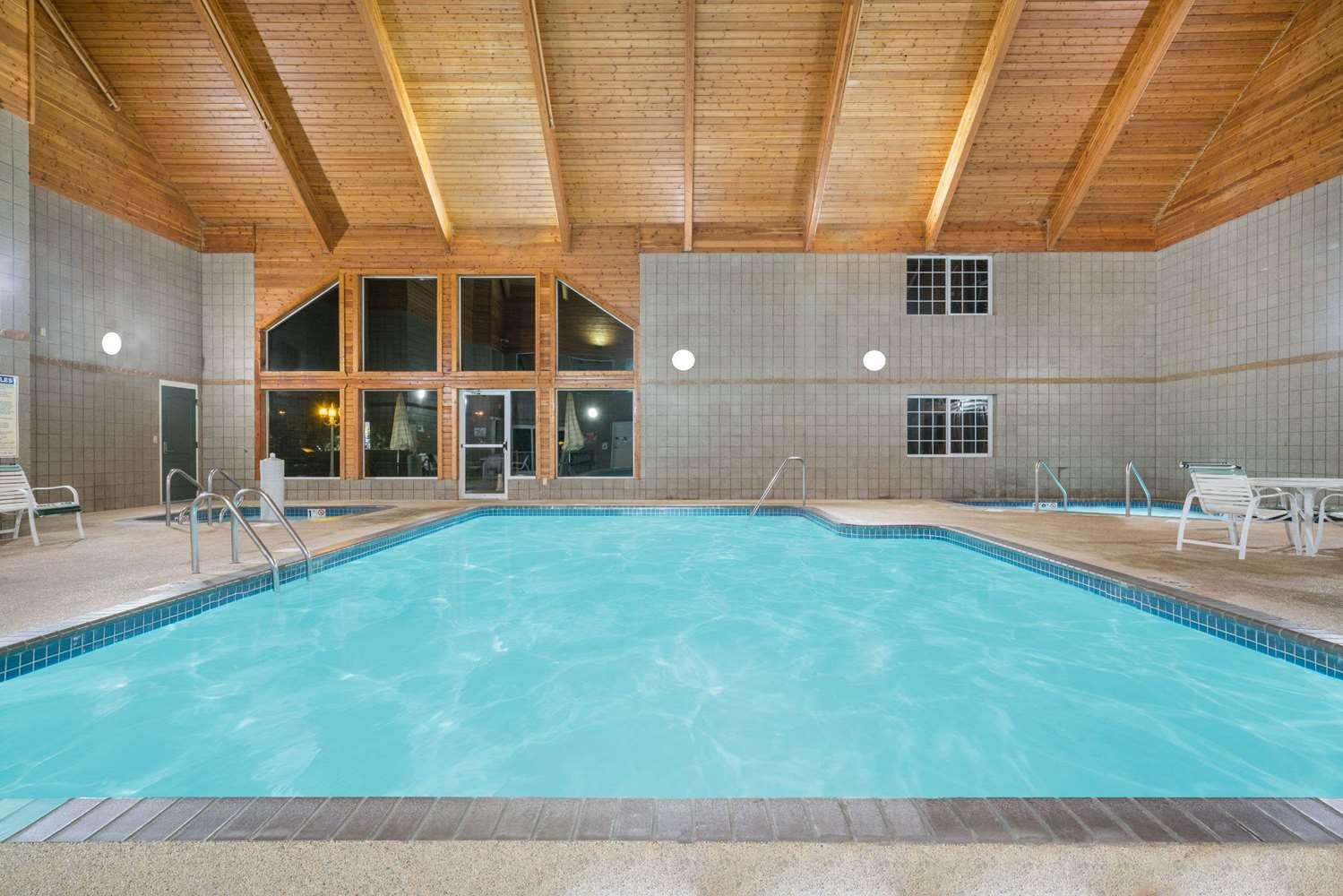 Pool - Baymont Inn & Suites Baxter