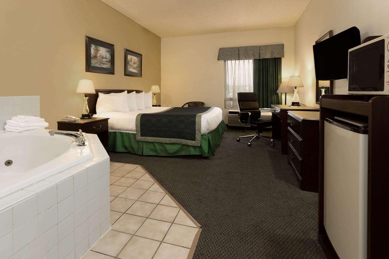Suite - Baymont Inn & Suites Mason
