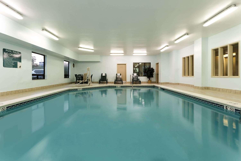 Pool - Baymont Inn & Suites Mason