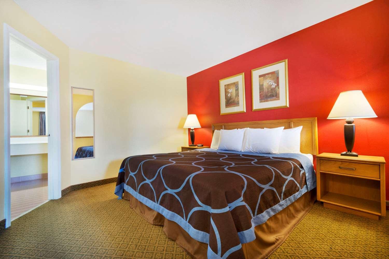 Suite - Super 8 Hotel Lancaster