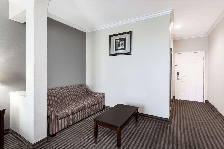 ... Suite   Days Inn U0026 Suites Garden Grove