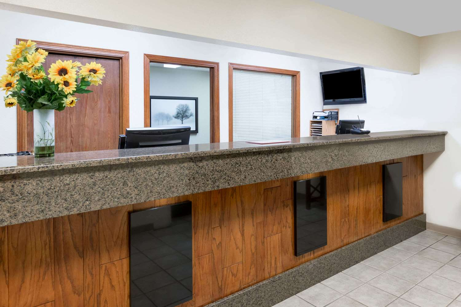 Lobby - Days Inn & Suites Airport Des Moines