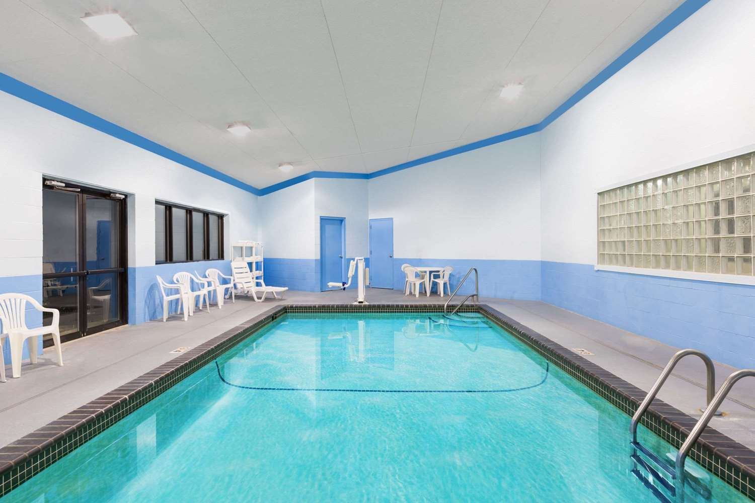 Pool - Days Inn & Suites Airport Des Moines
