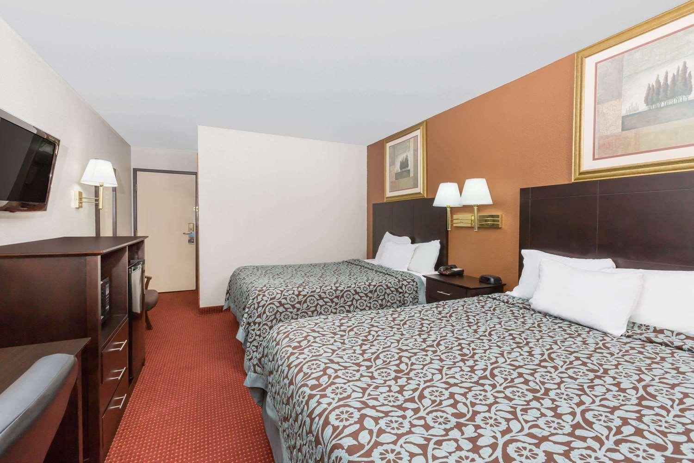 Room - Days Inn & Suites Airport Des Moines