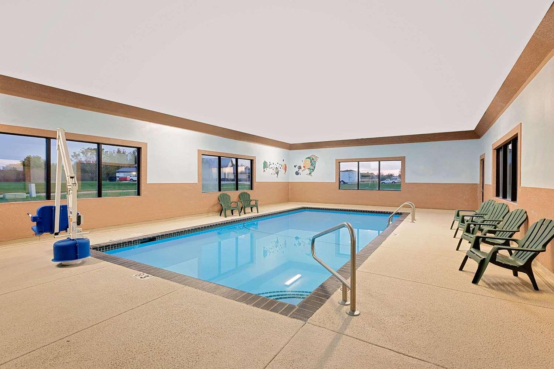Pool - Howard Johnson Inn Waterloo