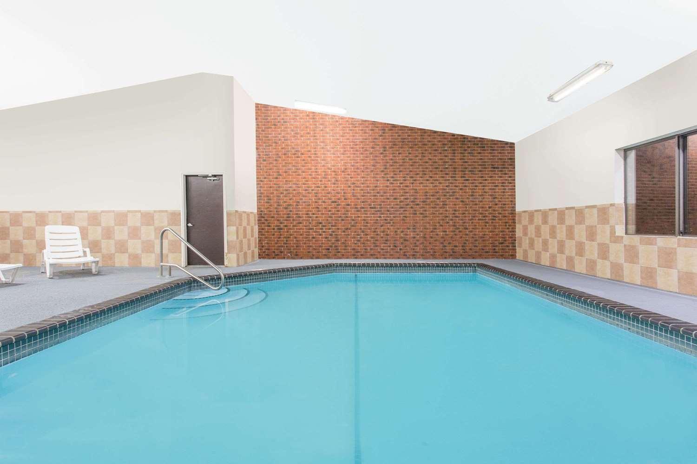 Pool - Baymont Inn & Suites Dubuque