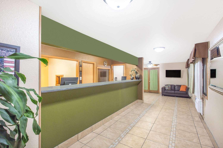 Lobby - Baymont Inn & Suites Dubuque