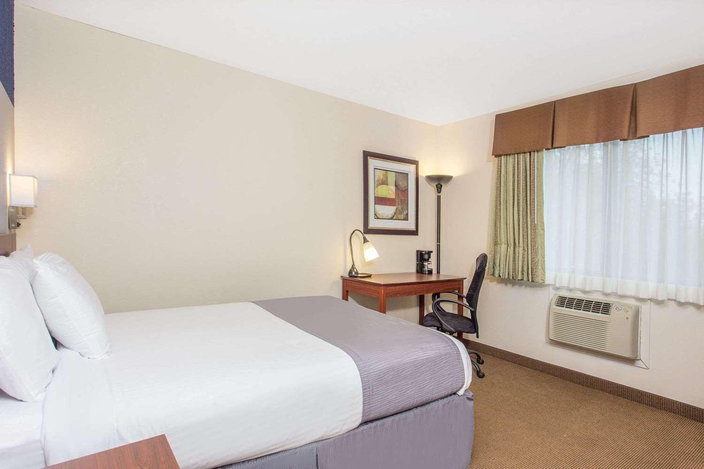 Room - Baymont Inn & Suites Dubuque