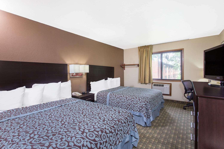 Room - Days Inn & Suites Waterloo