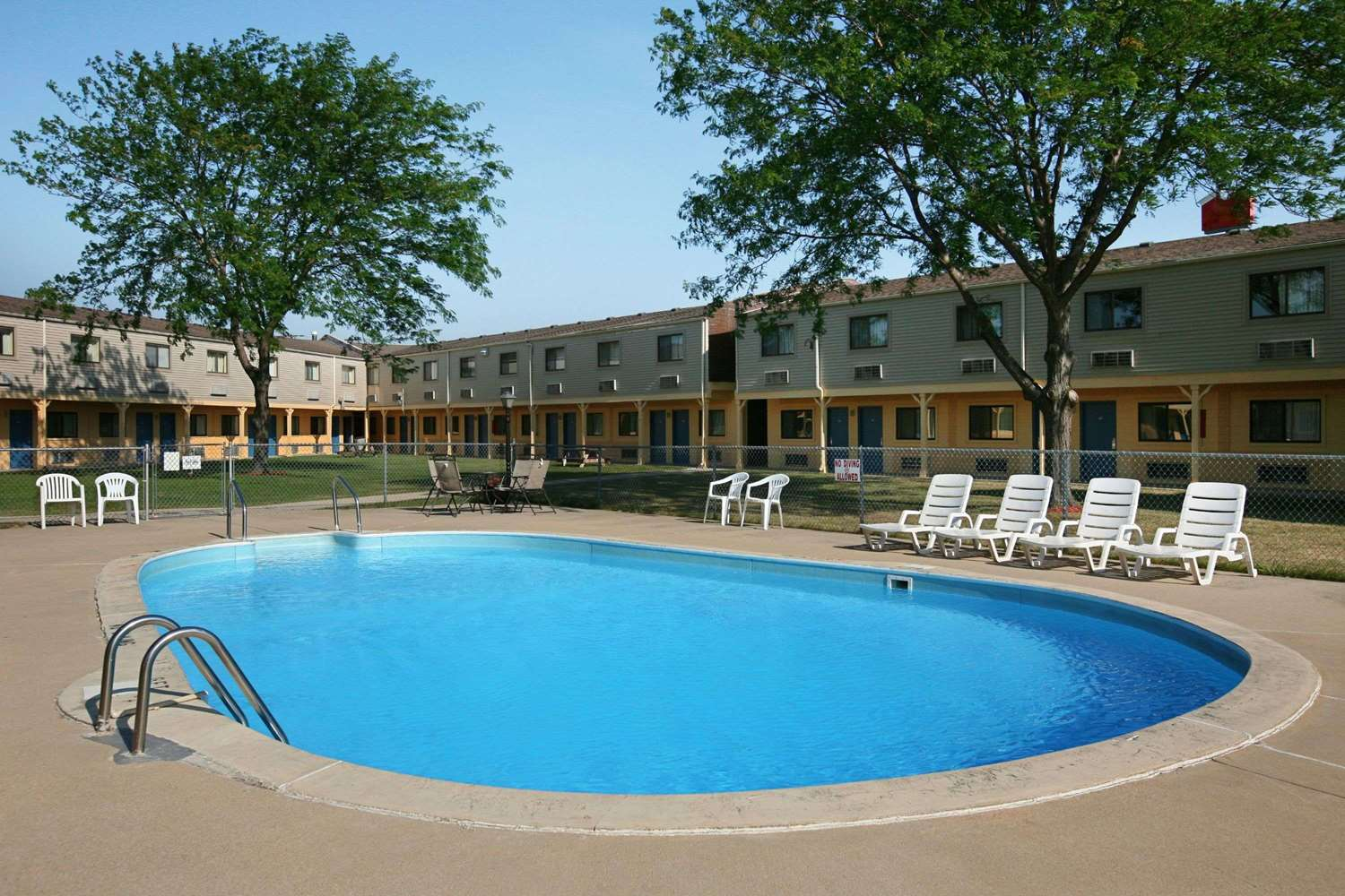 Pool - Days Inn Bowling Green
