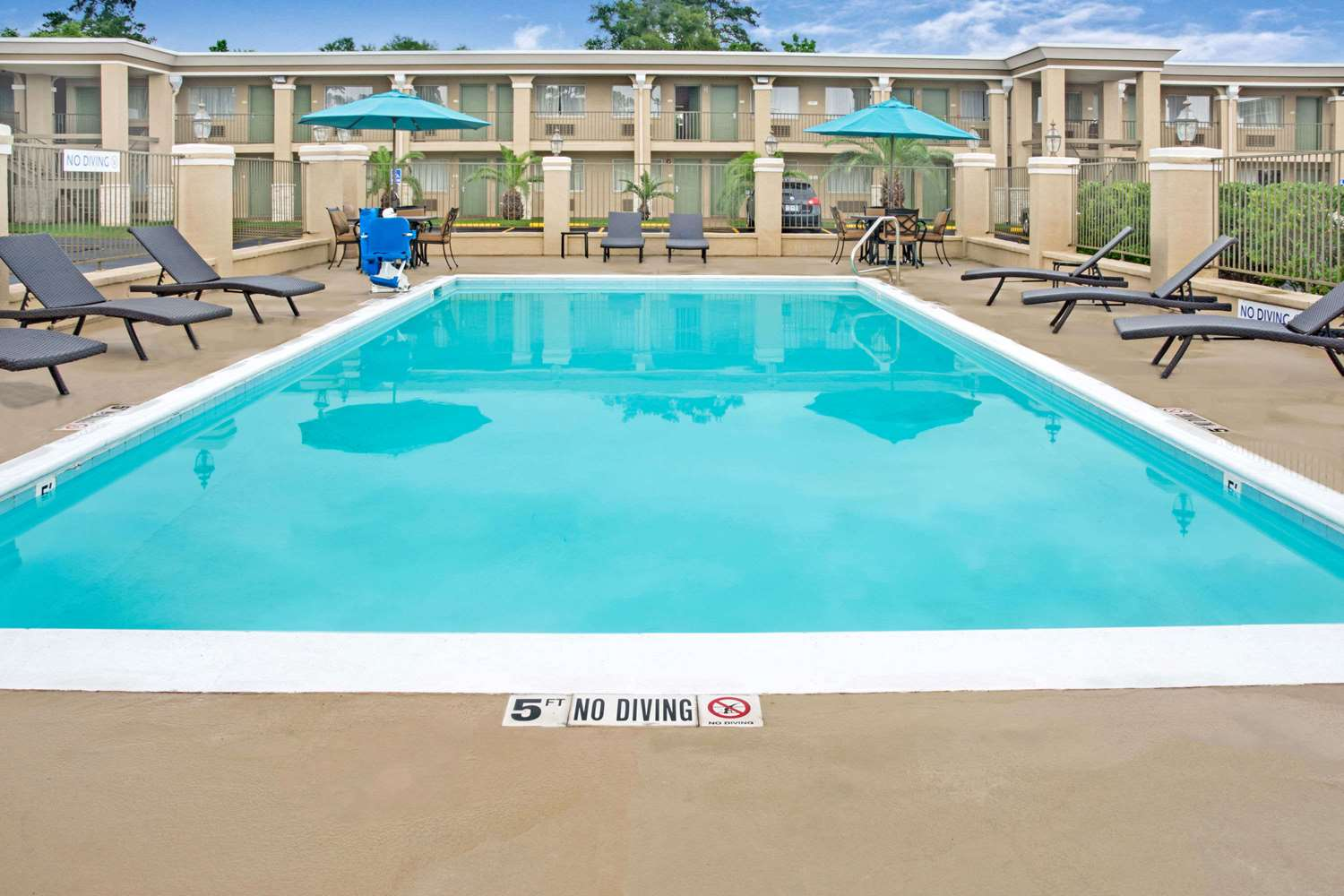Pool - Days Inn Shenandoah