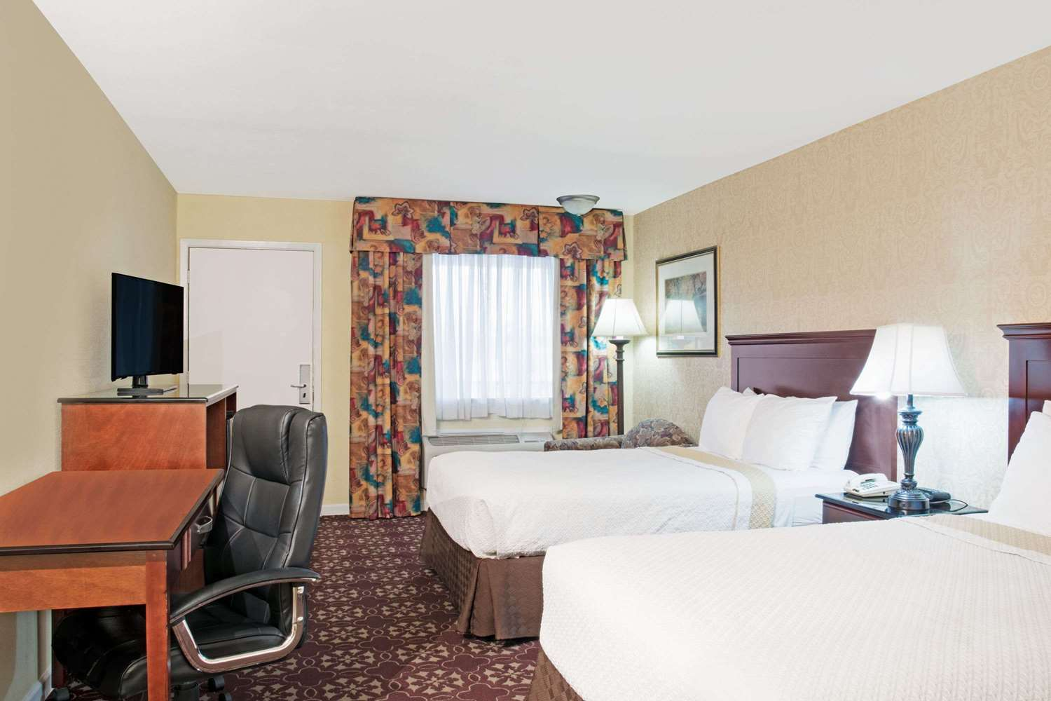 Room - Days Inn Shenandoah