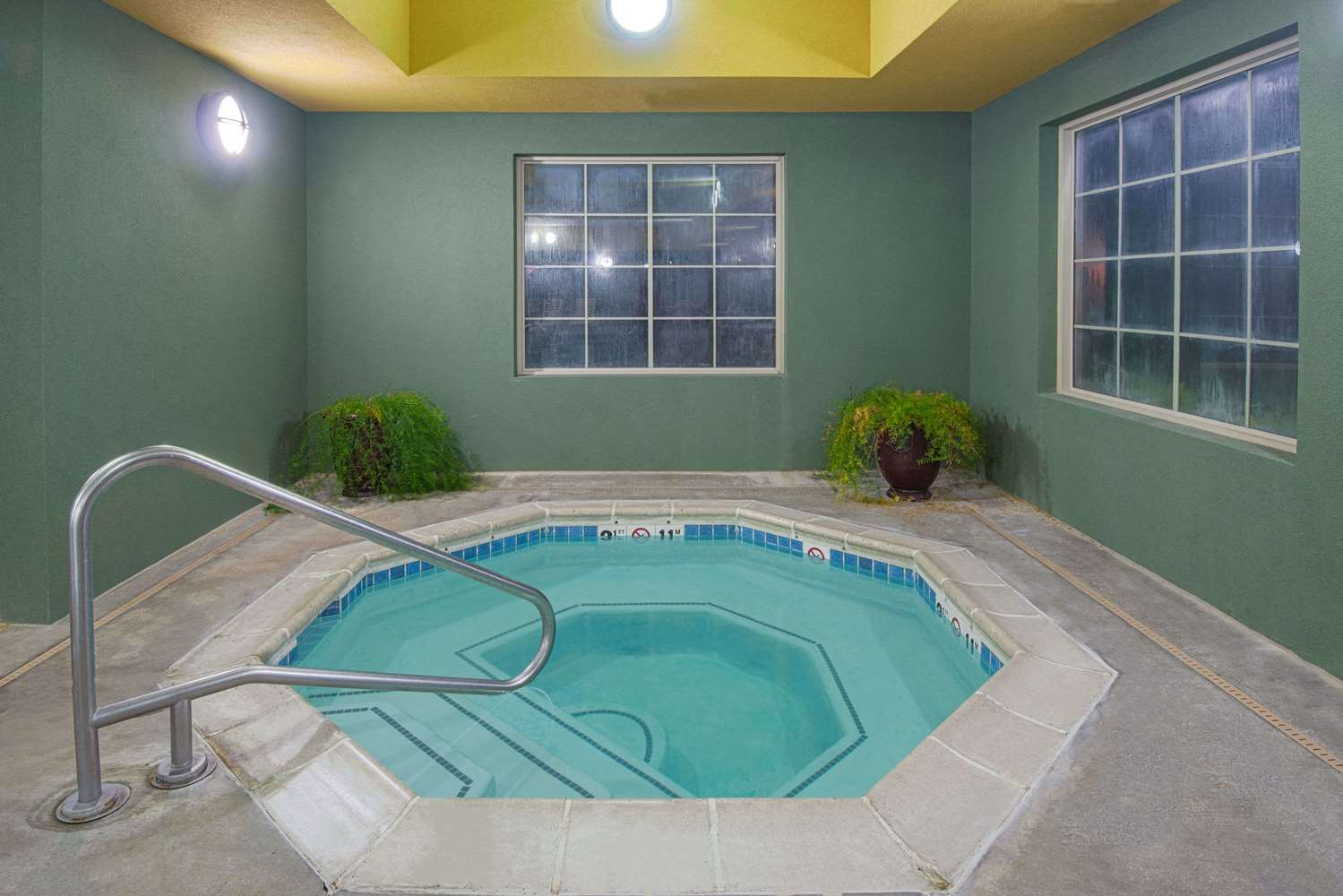 Pool - Days Inn Ellis