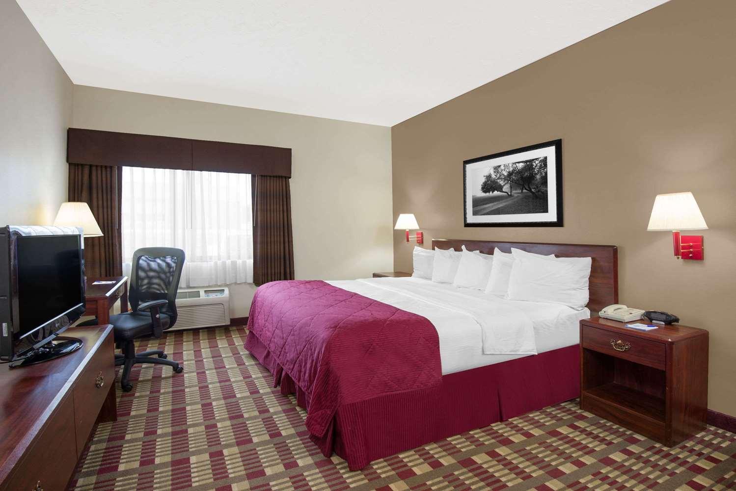 Room - Baymont Inn & Suites Hudson