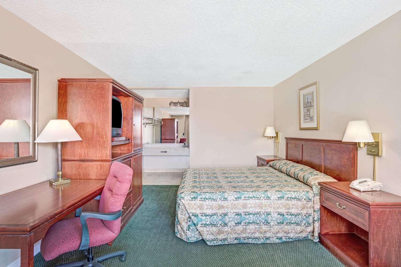 Room - Days Inn Convention Center Reno