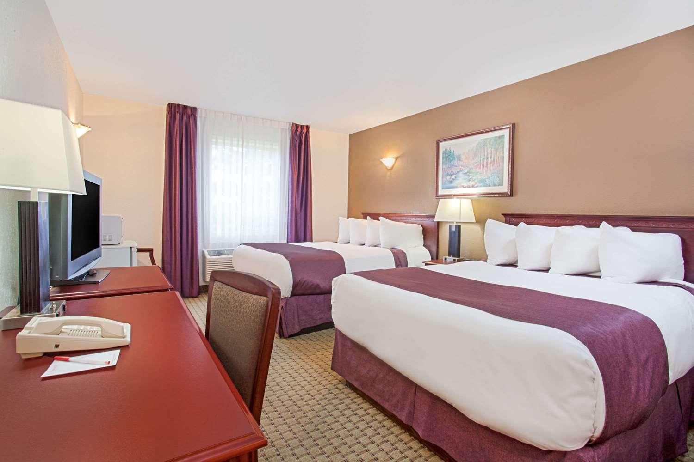 Room - Ramada Inn & Suites Red Deer