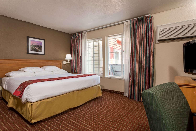 Room - Ramada Hotel Portland