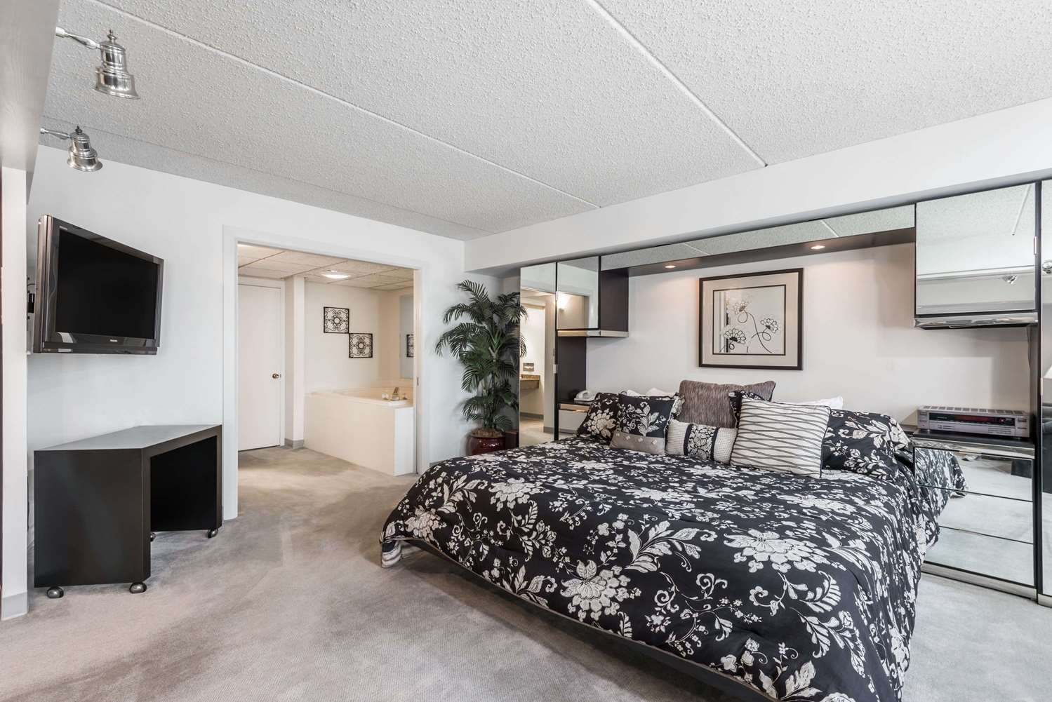 Room - Ramada Plaza Hotel Hagerstown