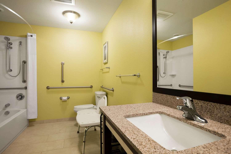 Room - Days Inn & Suites Altoona