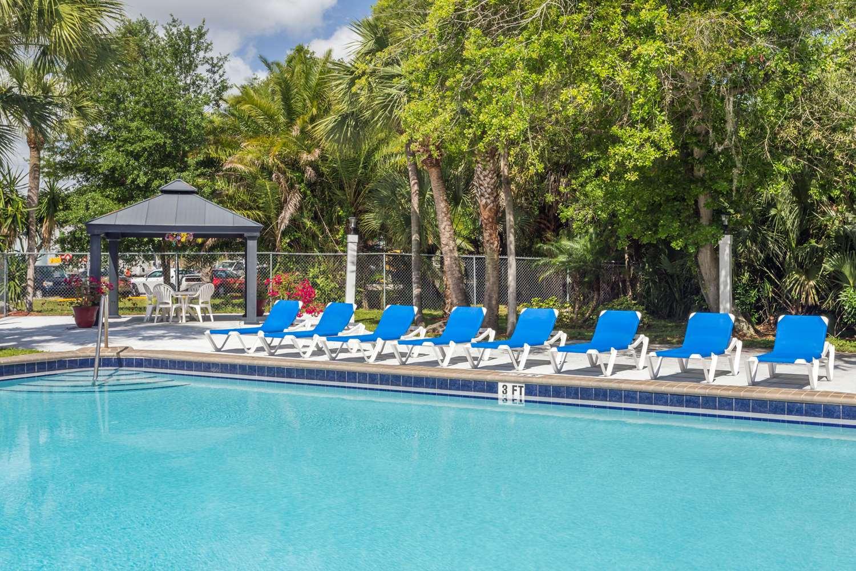 Pool - Travelodge Lakeland