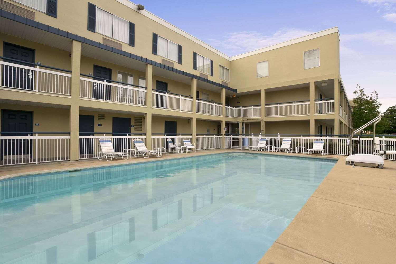 Pool - Days Inn Hamilton Place Chattanooga