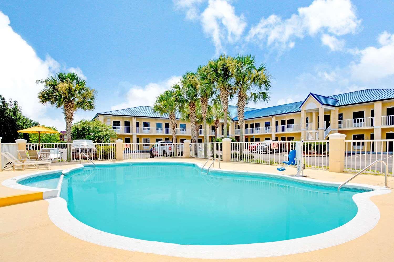 Pool - Days Inn Kingsland