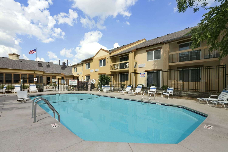 Pool - Days Inn & Suites Northeast Omaha